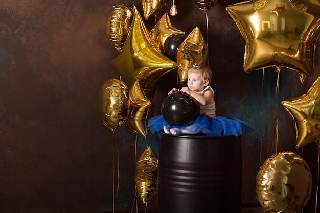Mooi meisje in blauwe prinsesrok met baloons