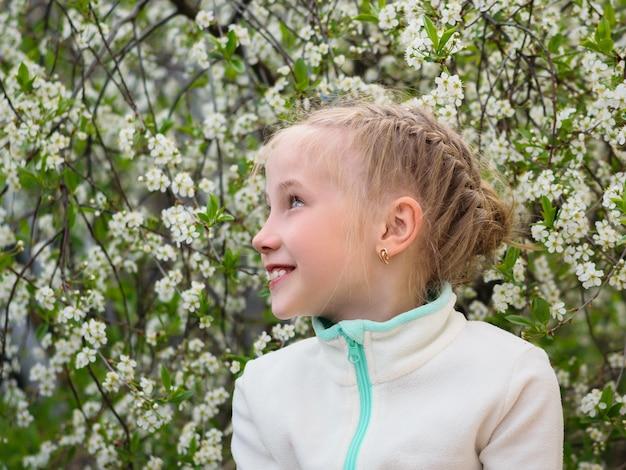 Mooi meisje in blazer plezier kijken in de richting in cherry park