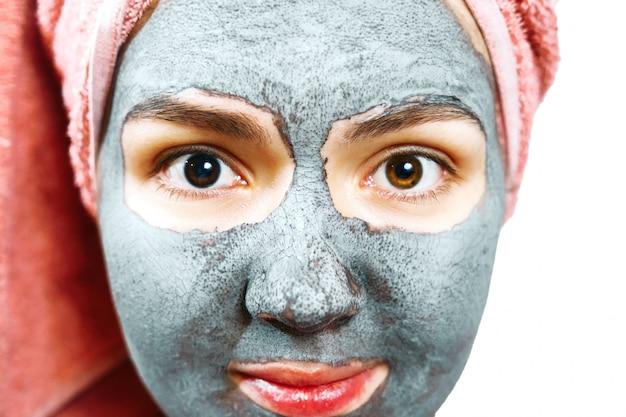Mooi meisje in de close-up van het gezichtsmasker