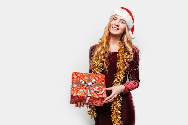 Mooi meisje in de hoed van de kerstman