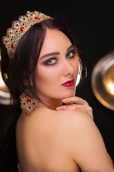 Mooi meisje in de kroon met perfecte make-up