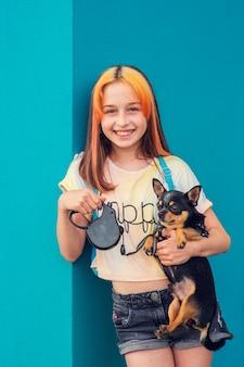 Mooi meisje in de leerplichtige leeftijd met modieuze haarkleuring. positief portret. meisje van 9-11 jaar oud