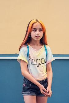 Mooi meisje in de leerplichtige leeftijd met modieuze haarkleuring.