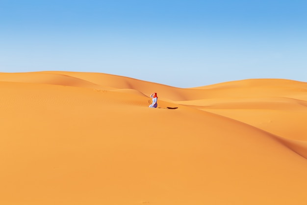 Mooi meisje in de saharawoestijn. erg chebbi, merzouga, marokko.