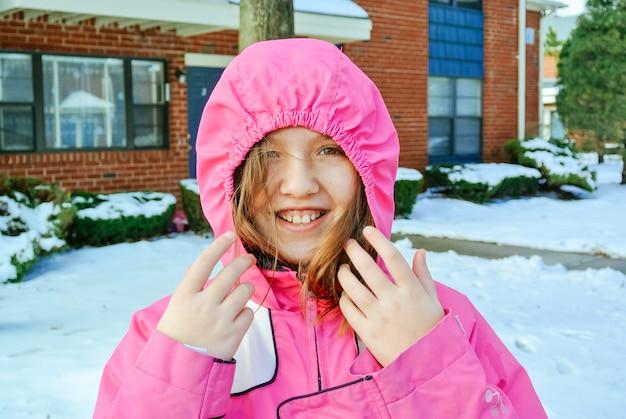 Mooi meisje in de winterpark