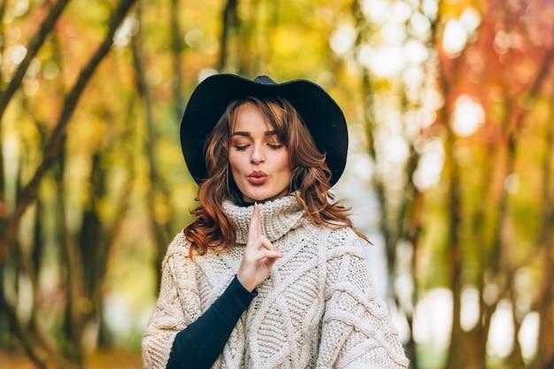 Mooi meisje in een hoed met krullend haar