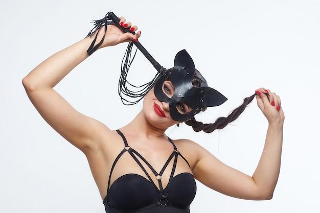 Mooi meisje in een kattenmasker. speels poseren