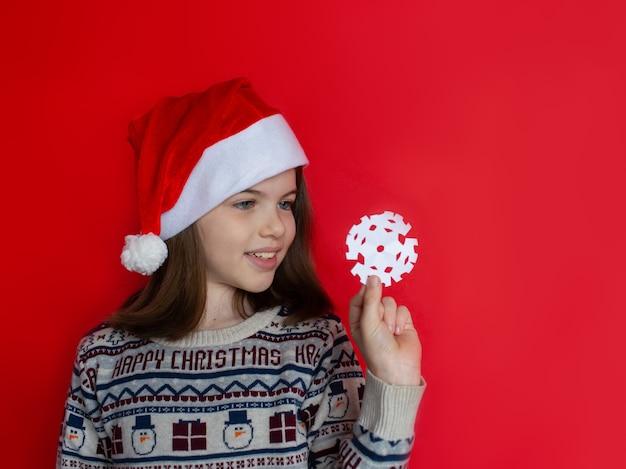 Mooi meisje in een kerstman-hoed reclameconcept voor het nieuwe jaar en kerstmis