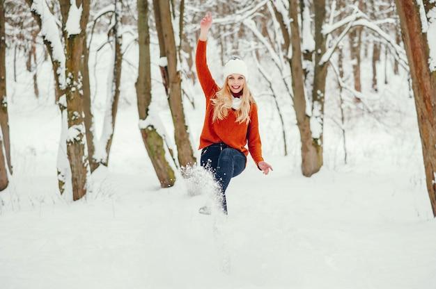 Mooi meisje in een leuke oranje trui