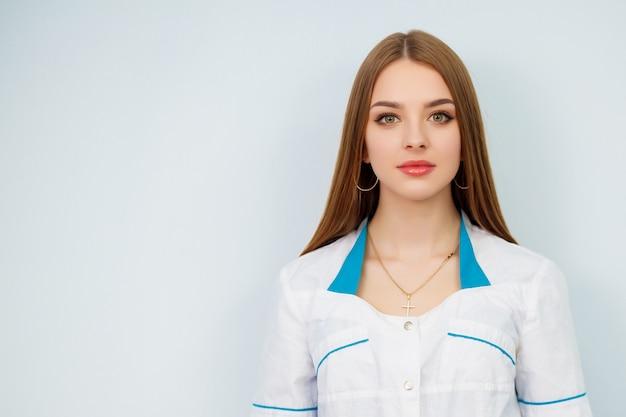 Mooi meisje in een witte jas.