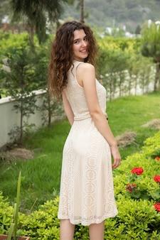 Mooi meisje in een zomerjurk