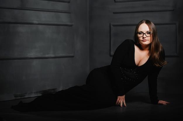 Mooi meisje in een zwarte lange jurk