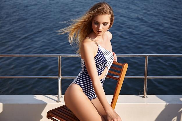 Mooi meisje in een zwempak op een jacht