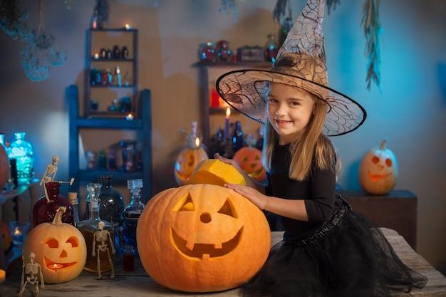 Mooi meisje in heksenkostuum voor halloween