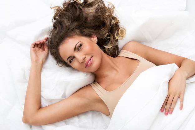 Mooi meisje in het bed