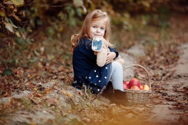 Mooi meisje in het park met appels.