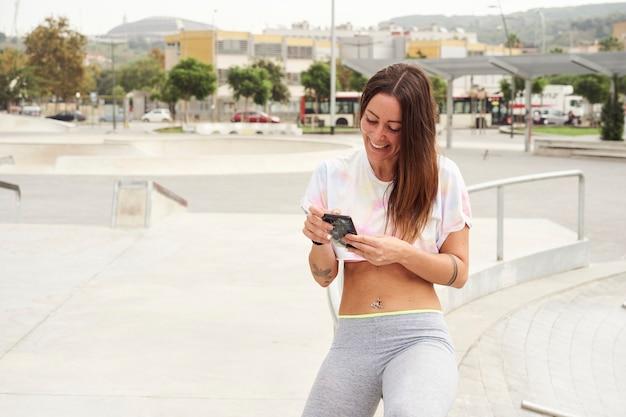 Mooi meisje in het park met een skateboard