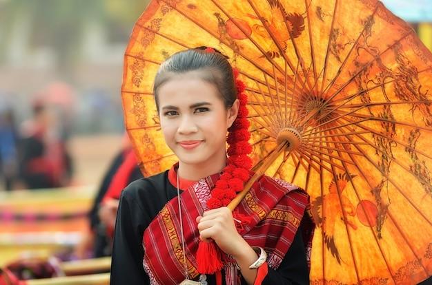Mooi meisje in identiteit traditionele kleding kostuum cultuur van thailand thai