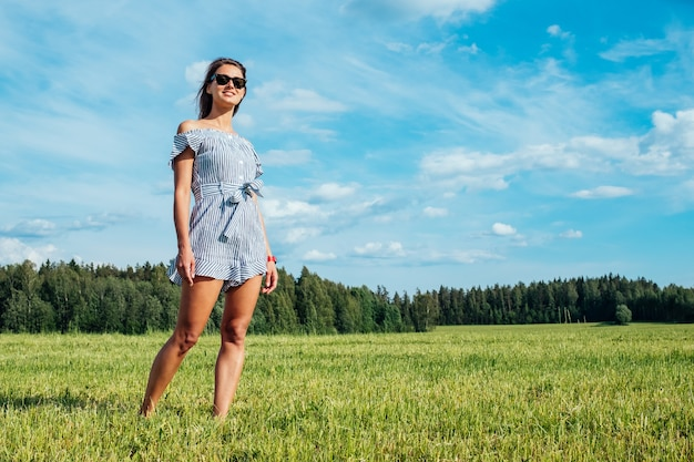 Mooi meisje in jurk op groen veld. mensen en natuur concept