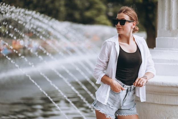 Mooi meisje in park bij de fonteinen