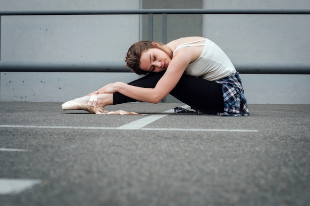 Mooi meisje in pointe schoenen uitrekken.