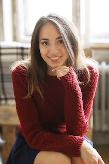 Mooi meisje in rode trui