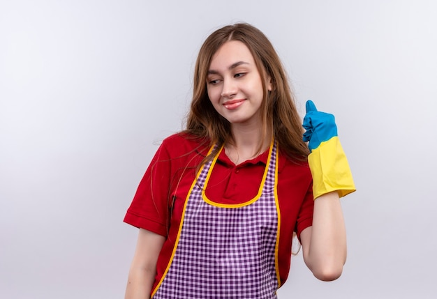 Mooi meisje in schort en rubberen handschoenen gelukkig en positief balde vuist