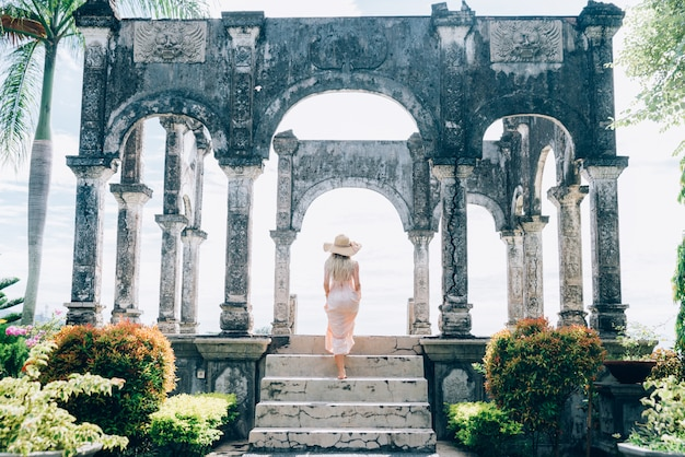 Mooi meisje in water palace in bali