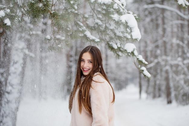 Mooi meisje in winter forest