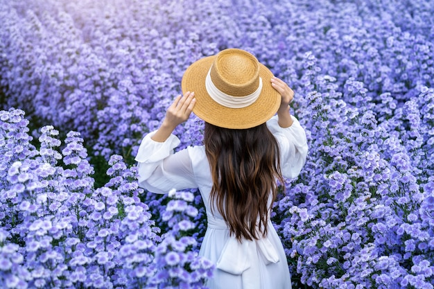 Mooi meisje in witte jurk wandelen in margaret bloemen velden, chiang mai in thailand