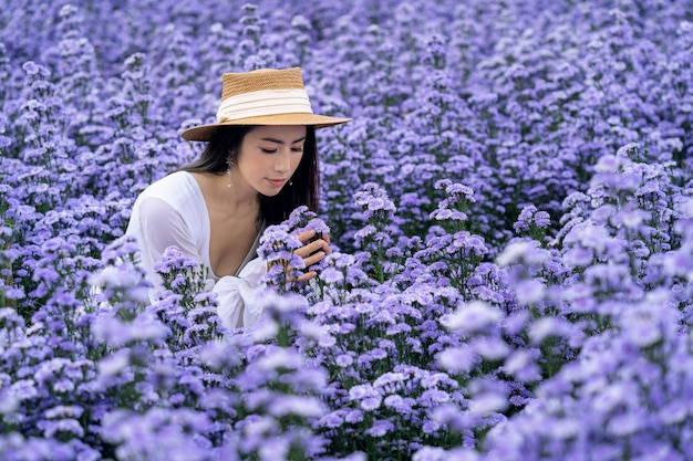 Mooi meisje in witte jurk zittend in margaret bloemen velden, chiang mai