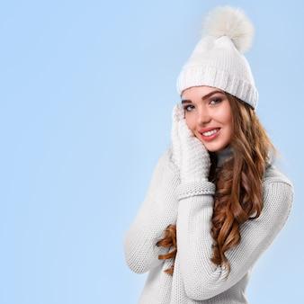Mooi meisje in witte trui