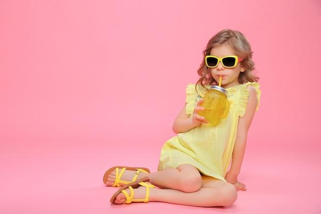 Mooi meisje in zomer outfit met drankje