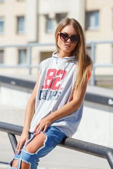 Mooi meisje in zonnebril