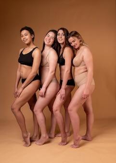 Mooi meisje in zwarte lingerie op roze achtergrond. lichaam positief. grootte plus.