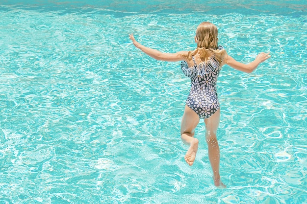 Mooi meisje in zwembad, zomervakanties.