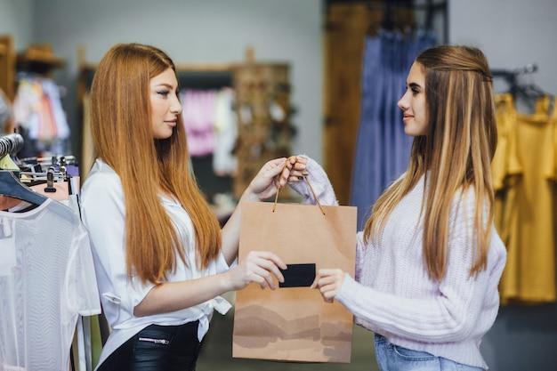 Mooi meisje is winkelen met een creditcard
