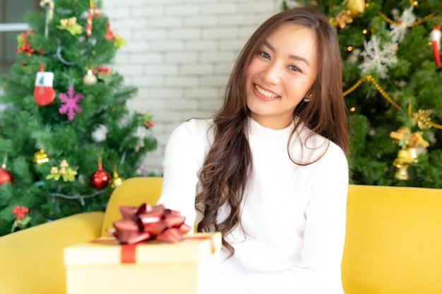 Mooi meisje kerst cadeau doos