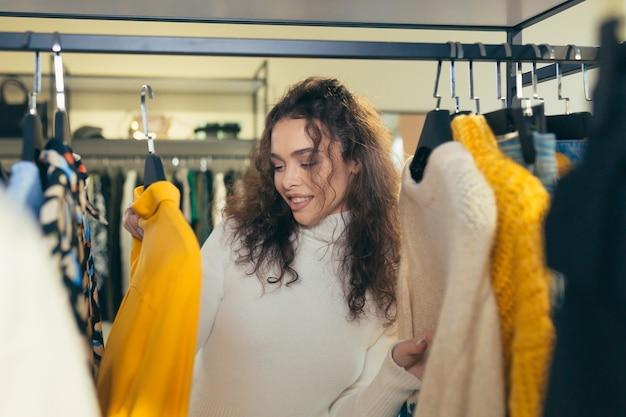 Mooi meisje kiest kleding in een boetiek