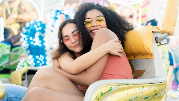 Mooi meisje knuffelen elkaar