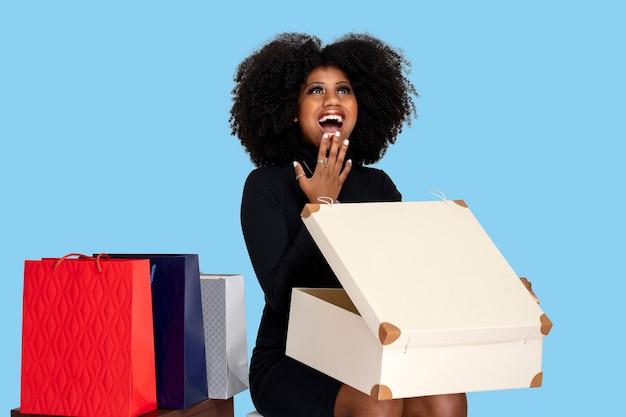Mooi meisje lacht bij het openen van de geschenkdoos