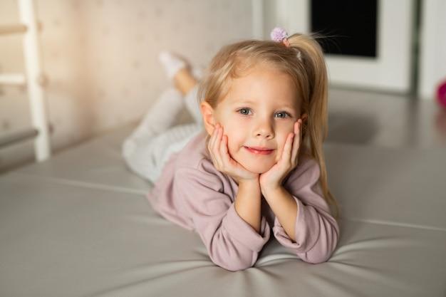 Mooi meisje ligt op de matras