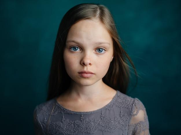 Mooi meisje losse haren donkere achtergrond bijgesneden weergave close-up.
