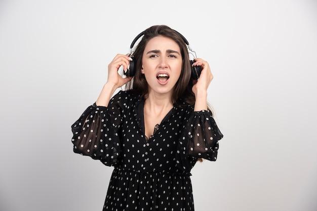 Mooi meisje luisteren muziek met haar koptelefoon