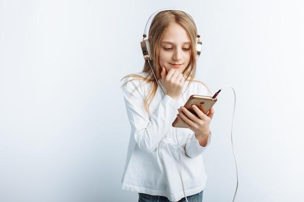 Mooi meisje, luisteren naar muziek en kijken naar de telefoon