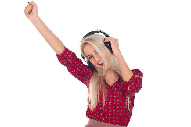 Mooi meisje luistert naar muziek op de koptelefoon