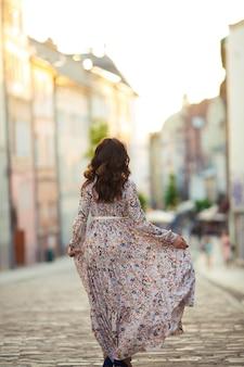Mooi meisje maakt een wandeling door de oude stad van leeuwen