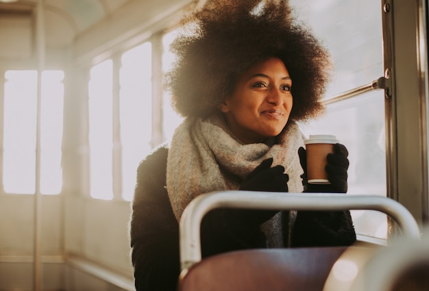 Mooi meisje met afro kapsel portretten in het openbaar vervoer