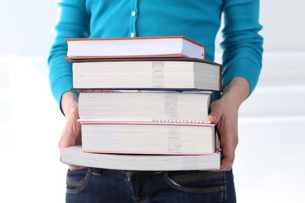 Mooi meisje met blauwe t-shirt en boeken