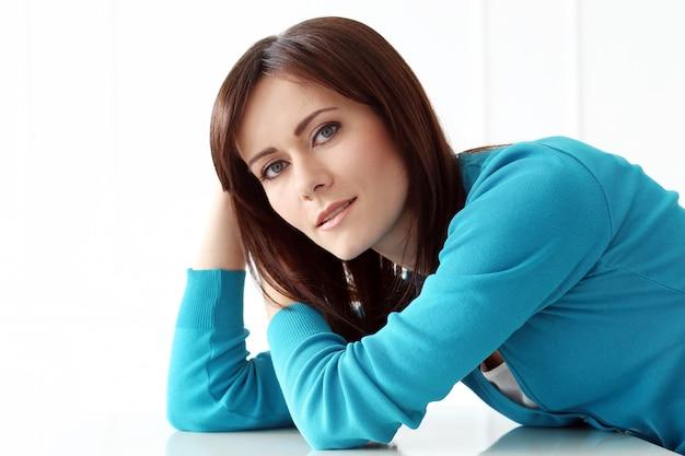 Mooi meisje met blauwe t-shirt